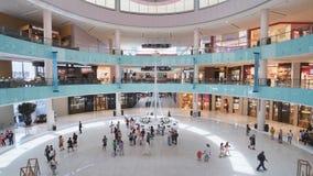 Dubai, UAE - 15 de maio de 2018: Hall Dubai Mall que negligencia a estátua do grego de Dubai video estoque