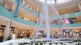 Dubai, UAE - 15 de maio de 2018: Hall Dubai Mall que negligencia a estátua do grego de Dubai filme