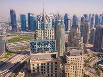 Dubai, UAE - 15 de maio de 2018: Panorama da área com os arranha-céus em Dubai imagens de stock