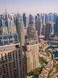 Dubai, UAE - 15 de maio de 2018: Panorama da área com os arranha-céus em Dubai imagens de stock royalty free