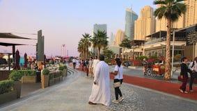 Dubai, UAE - 8 de maio de 2018: Passeio do porto de Dubai no por do sol d foto de stock