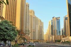 Dubai, UAE - 8 de maio de 2018: Uma vista da rua na praia R de Jumeirah imagem de stock
