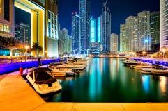 DUBAI, UAE - 22 DE MARÇO DE 2014: Skyline do porto de Dubai da noite, Dubai, Emiratos Árabes Unidos Imagem de Stock