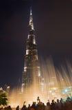 DUBAI, UAE - 24 DE MARZO DE 2017: El Burj nocturno Khalifa y la fuente Fotos de archivo libres de regalías