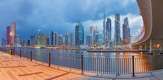 DUBAI, UAE - 24 DE MARZO DE 2017: El el horizonte de la tarde con el brige sobre el nuevo canal y céntrico Fotos de archivo