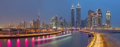 DUBAI, UAE - 27 DE MARZO DE 2017: El el horizonte de la tarde con el brige sobre el nuevo canal y céntrico Fotos de archivo