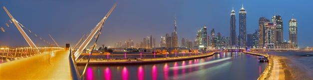 DUBAI, UAE - 27 DE MARZO DE 2017: El el horizonte de la tarde con el brige sobre el nuevo canal y céntrico Imágenes de archivo libres de regalías
