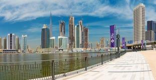 DUBAI, UAE - 29 DE MARZO DE 2017: El el horizonte de la tarde con el puente sobre el nuevo canal y céntrico Imágenes de archivo libres de regalías