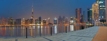 DUBAI, UAE - 24 DE MARZO DE 2017: El el horizonte de la tarde sobre el nuevo canal y céntrico Imágenes de archivo libres de regalías