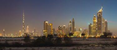DUBAI, UAE - 31 DE MARZO DE 2017: El horizonte de la tarde del centro de la ciudad con el Burj Khalifa y emiratos se eleva Fotos de archivo libres de regalías