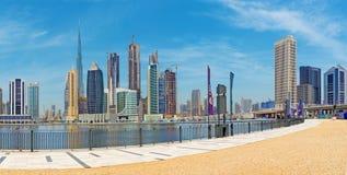 DUBAI, UAE - 29 DE MARZO DE 2017: El horizonte sobre el nuevo canal y centro de la ciudad y la 'promenade' Imagen de archivo