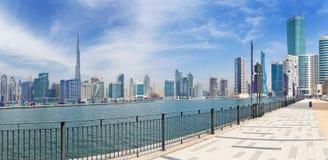 DUBAI, UAE - 29 DE MARZO DE 2017: El horizonte sobre el nuevo canal y centro de la ciudad y la 'promenade' Imágenes de archivo libres de regalías