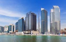 DUBAI, UAE - 29 DE MARZO DE 2017: El nuevos canal y Burj Khalifa se elevan en el fondo Fotos de archivo