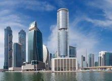 DUBAI, UAE - 29 DE MARZO DE 2017: El nuevos canal y Burj Khalifa se elevan en el fondo Imagen de archivo