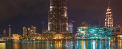 DUBAI, UAE - 24 DE MARZO DE 2017: El panorama nocturno del funtain delante de Burj Khalifa Imagen de archivo