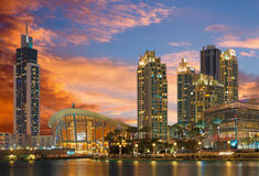 DUBAI, UAE - 24 DE MARZO DE 2017: El panorama nocturno del funtain delante de Burj Khalifa y ópera Foto de archivo libre de regalías