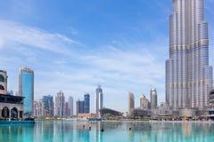 DUBAI, UAE - 29 DE MARZO DE 2017: La fuente delante de Burj Khalifa Fotografía de archivo