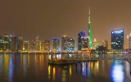 DUBAI, UAE - 23 DE MARZO DE 2017: El el horizonte de la tarde sobre el canal y céntrico Imagen de archivo libre de regalías