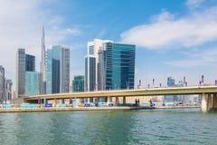 DUBAI, UAE - 29 DE MARZO DE 2017: El nuevos canal y rascacielos del centro de la ciudad Foto de archivo