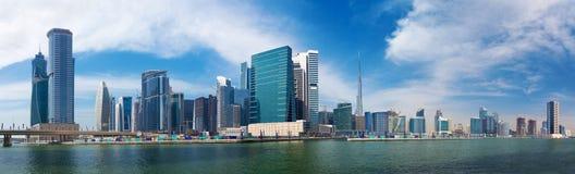 DUBAI, UAE - 29 DE MARZO DE 2017: El panorama con el nuevos canal y rascacielos del centro de la ciudad Imagen de archivo
