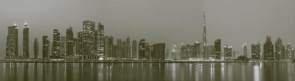 DUBAI, UAE - 24 DE MARZO DE 2017: El el panorama del horizonte sobre el canal y céntrico Foto de archivo libre de regalías