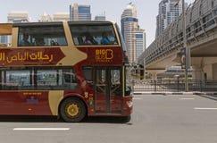 DUBAI, UAE - 12 DE MAYO DE 2016: El autobús grande viaja a la excursión Imagen de archivo libre de regalías