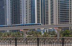 DUBAI, UAE - 12 DE MAYO DE 2016: metro al aire libre Fotografía de archivo libre de regalías