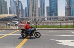 DUBAI, UAE - 20 DE MAYO DE 2016: servicio de entrega de la comida Fotos de archivo libres de regalías