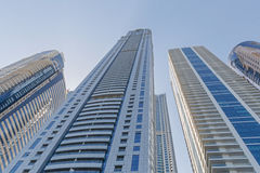 DUBAI, UAE - 15 DE MAYO DE 2016: torres sobre el cielo Foto de archivo libre de regalías