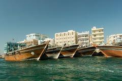DUBAI, UAE - 10 DE NOVIEMBRE DE 2016: Barcos de carga árabes tradicionales a Imágenes de archivo libres de regalías