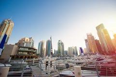 Dubai, UAE - 30 de noviembre de 2013: Rascacielos en el sol poniente i Imagen de archivo
