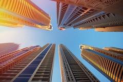 Dubai, UAE - 30 de noviembre de 2013: Rascacielos en un fondo del cielo en el puerto deportivo de Dubai Fotos de archivo libres de regalías