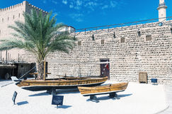 DUBAI, UAE - 8 DE OCTUBRE: Museo de Dubai en Al Fahidi Fort histórico fotos de archivo