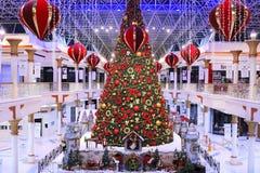 DUBAI UAE - DEC 10: Julgran och garneringar på den Wafi gallerian i Dubai, UAE, som sett på December 10, 2017 Komplexet Royaltyfri Fotografi