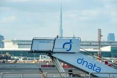 DUBAI UAE - DECEMBER 12, 2016: Airstairs i flygplatsen av Dubai Royaltyfria Foton