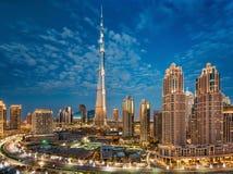 Dubai UAE, December 31, 2013 Burj Khalifa på den magiska blåa timmen Arkivbild