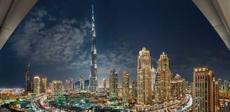 DUBAI-UAE December 31, 2013: Burj Khalifa Surrounded vid det Dubai centret står högt på natten arkivfoton
