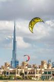 DUBAI UAE - DECEMBER 11, 2016: Drakar som flyger över drakestranden Th Arkivbilder