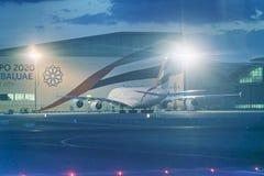 DUBAI UAE - DECEMBER 12, 2016: Emiratflygplan på den Dubai airpoen Arkivbild
