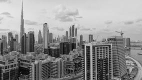 DUBAI UAE - DECEMBER 11, 2016: Flyg- horisont för stad på solnedgången D Royaltyfria Bilder