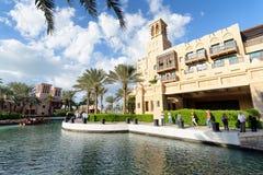 DUBAI UAE - DECEMBER 11, 2016: Dubai Madinat Jumeirah horisontnolla Royaltyfria Bilder