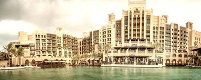 DUBAI UAE - DECEMBER 11, 2016: Sikt av den Madinat Jumeirah buildien Royaltyfri Bild