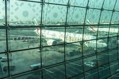 DUBAI UAE - DECEMBER 25, 2015: sikt från den Dubai International flygplatsen Arkivfoto