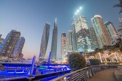 DUBAI UAE - DECEMBER 10, 2016: Solnedgångsikt av den Dubai marinaskylen Arkivfoton