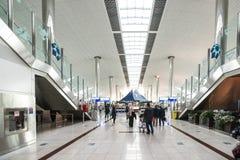 DUBAI UAE - DECEMBER 25, 2015: Stor ljus korridor i den Dubai flygplatsen Royaltyfri Fotografi