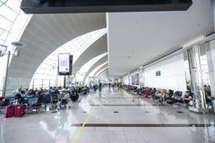 DUBAI UAE - DECEMBER 25, 2015: Stor ljus korridor i den Dubai flygplatsen Royaltyfria Foton