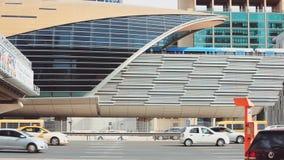 DUBAI, UAE - Detail der Metrostation und der beweglichen Autos stock video
