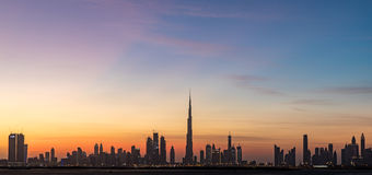 Dubai, UAE - 17. Dezember 2016: Dubai-Skyline nach Sonnenuntergang Stockbild