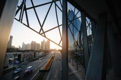 Dubai, UAE, am 10. Dezember 2013, Straße und Wolkenkratzer auf dem setti Lizenzfreies Stockfoto