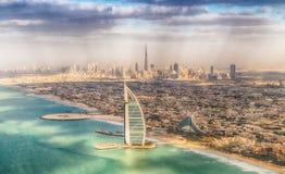 DUBAI, UAE - 10. DEZEMBER 2016: Vogelperspektive von Burj Al Arab und Lizenzfreie Stockfotografie
